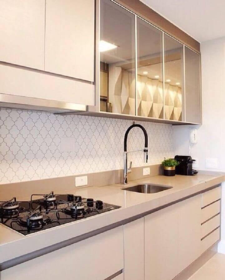 bancada para cozinha pequena planejada com porta espelhada para armário aéreo Foto Dicas de Mulher