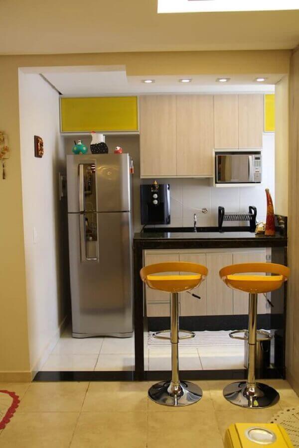 bancada preta para cozinha americana pequena com banquetas amarelas Foto Dicas de Mulher