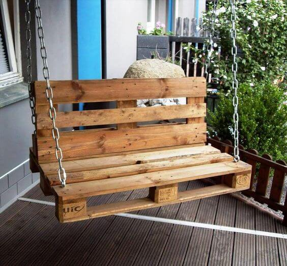 Banco de pallet na varanda