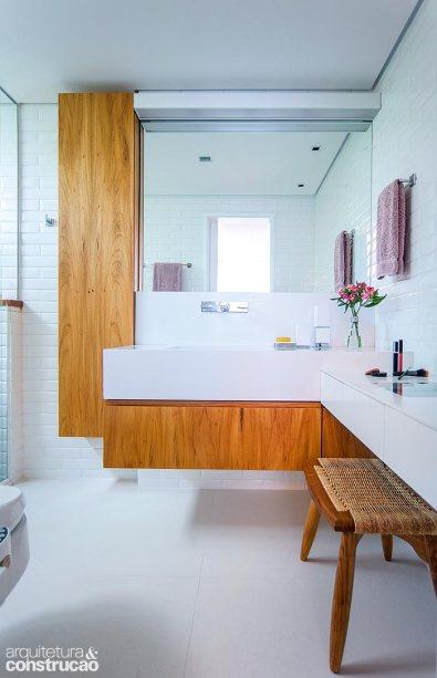 Banheiro com penteadeira suspensa sem espelho