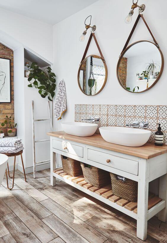 Banheiro estilo boho chic com cuba branca