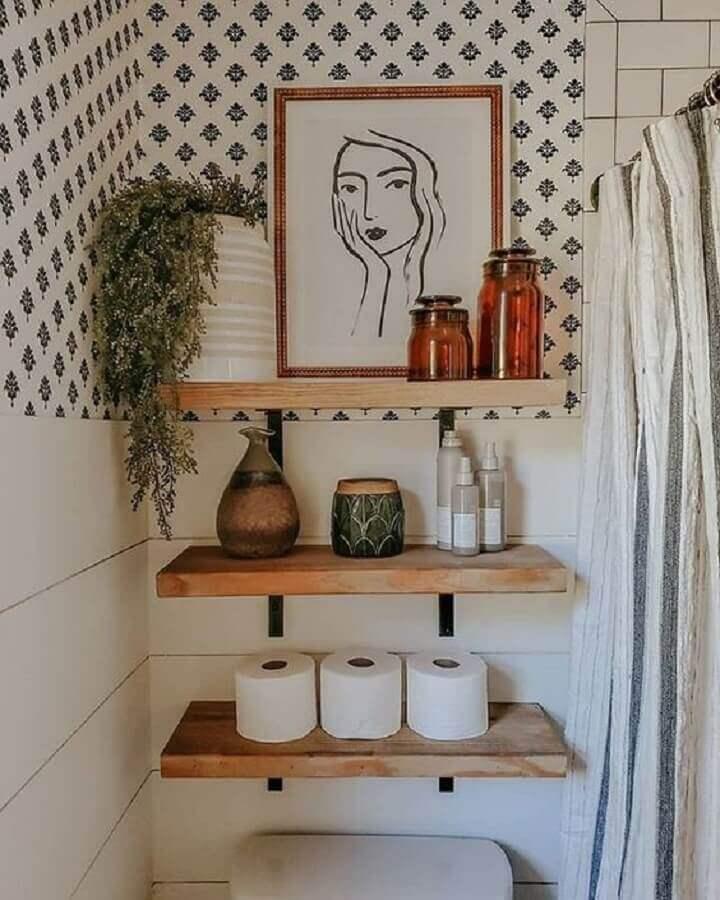 banheiro simples decorado com prateleira industrial Foto Rhiannon Lawson Home