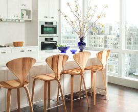 Banquetas de madeira rústica na cozinha clean - Via: Architonic