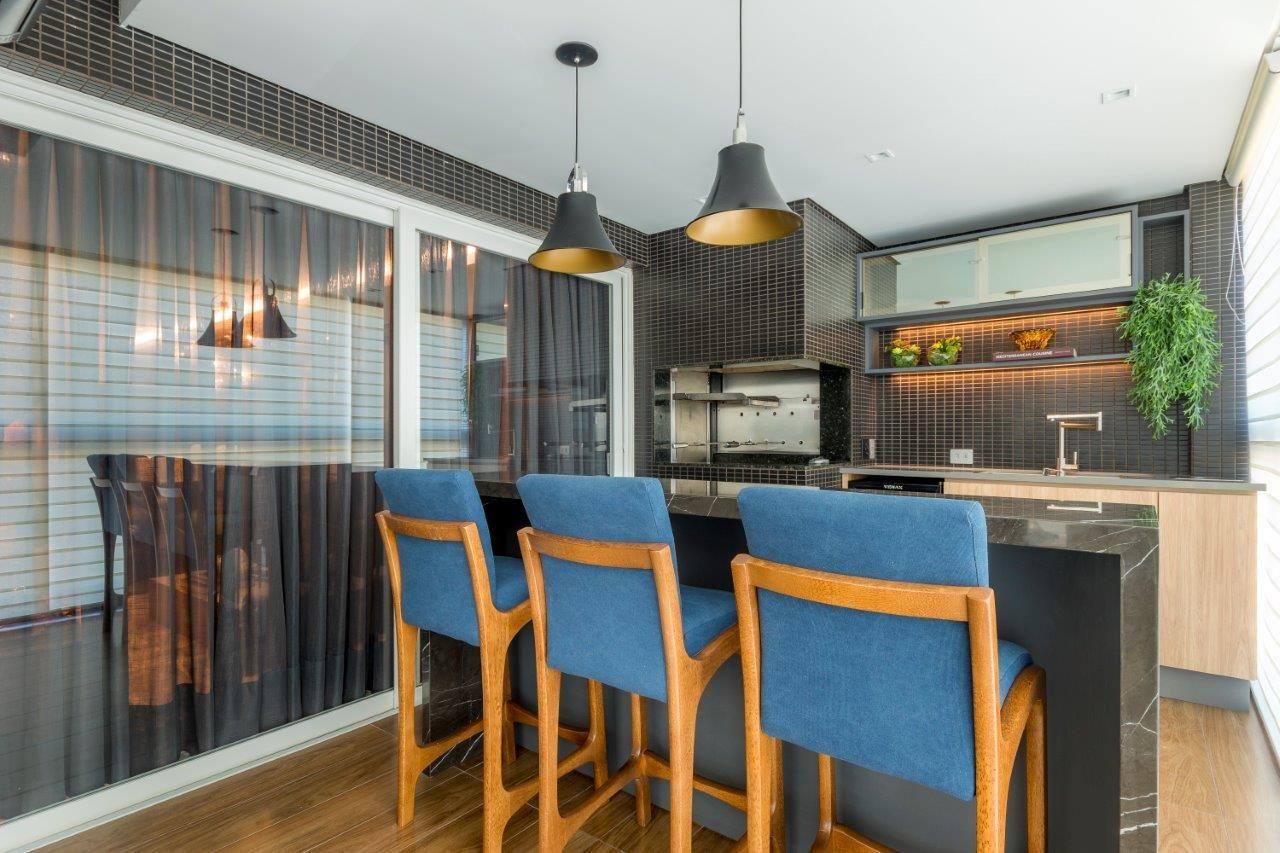 Bancada de área gourmet com banquetas estofadas azuis modernas