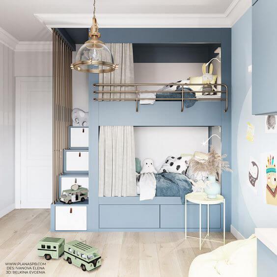 Beliche planejada azul com gaveteiro na escada