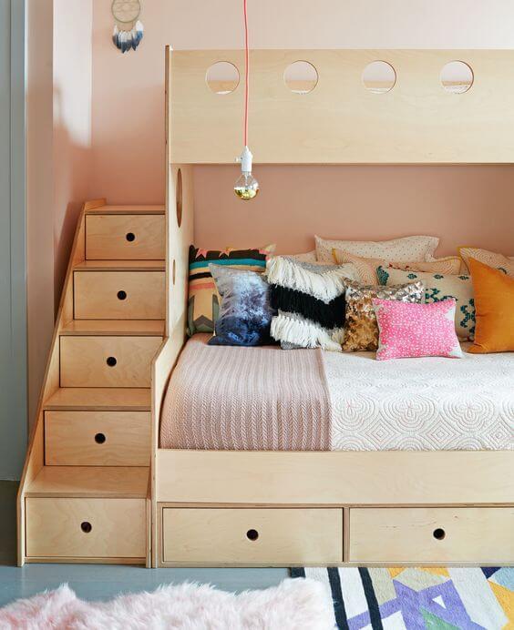 Beliche planejada com escada de gaveteiro