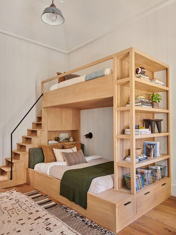 Beliche planejada com escada e estante