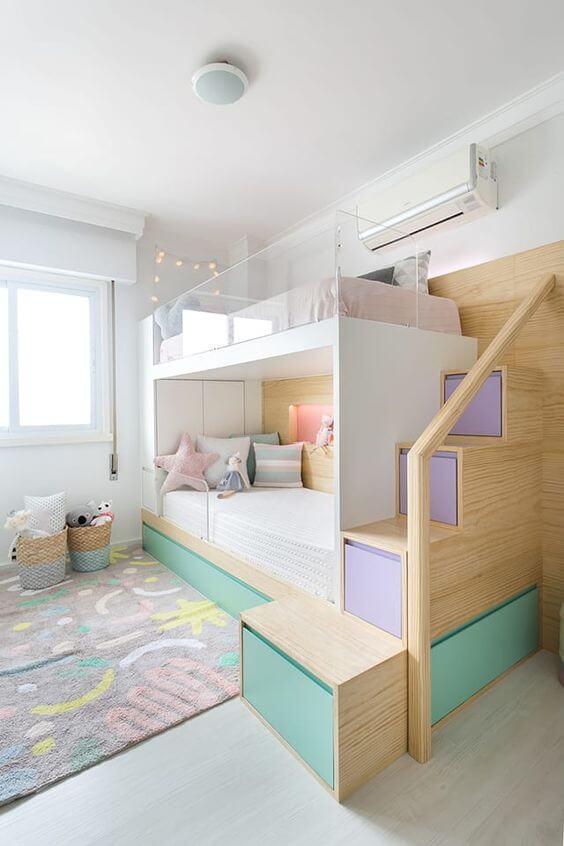 Beliche planejada infantil com escada de nichos