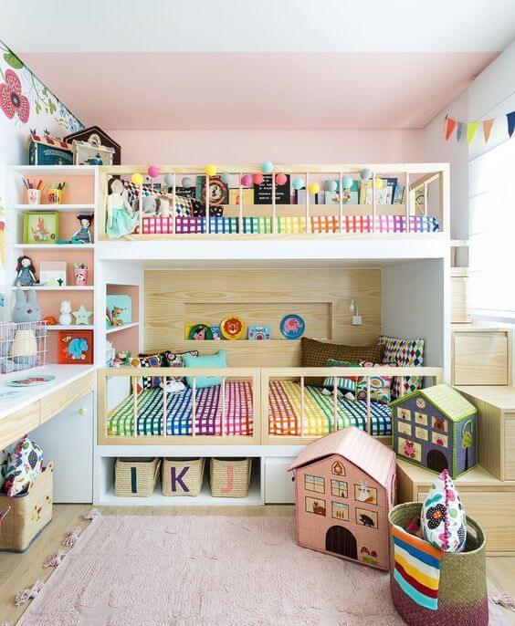 Quarto colorido com beliche planejada e escrivaninha