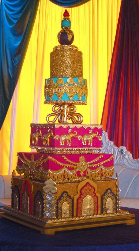 Bolo de festa de aniversário árabe colorido e dourado