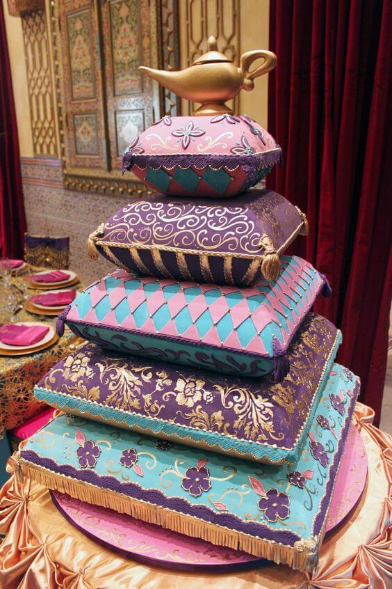 Bolo para festa decoração árabe com almofadas azuis e roxas