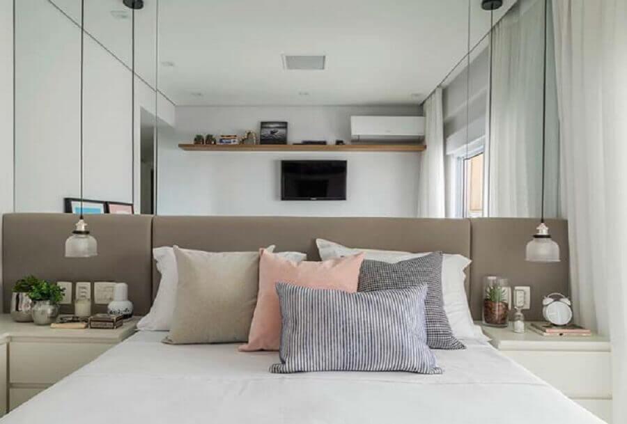 cabeceira estofada cinza para decoração de quarto com parede espelhada Foto Pinterest