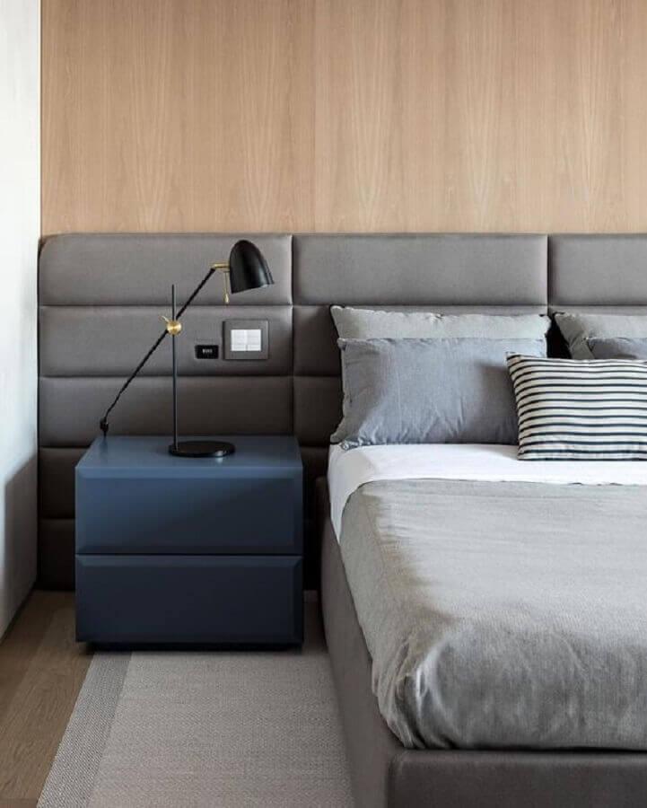 cabeceira estofada cinza para quarto de casal com criado mudo azul Foto Pinterest