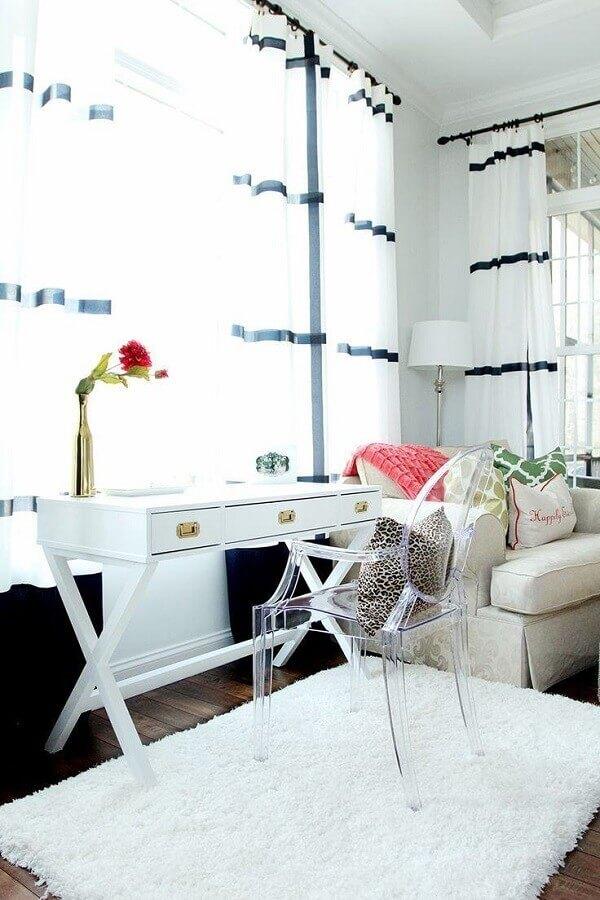 cadeira transparente com braço para escrivaninha branca com gaveta Foto Archzine