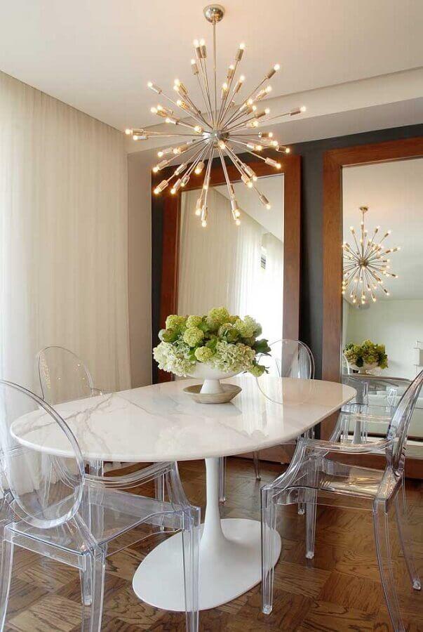 cadeira transparente com braço para sala de jantar com mesa branca e lustre moderno Foto Houzz