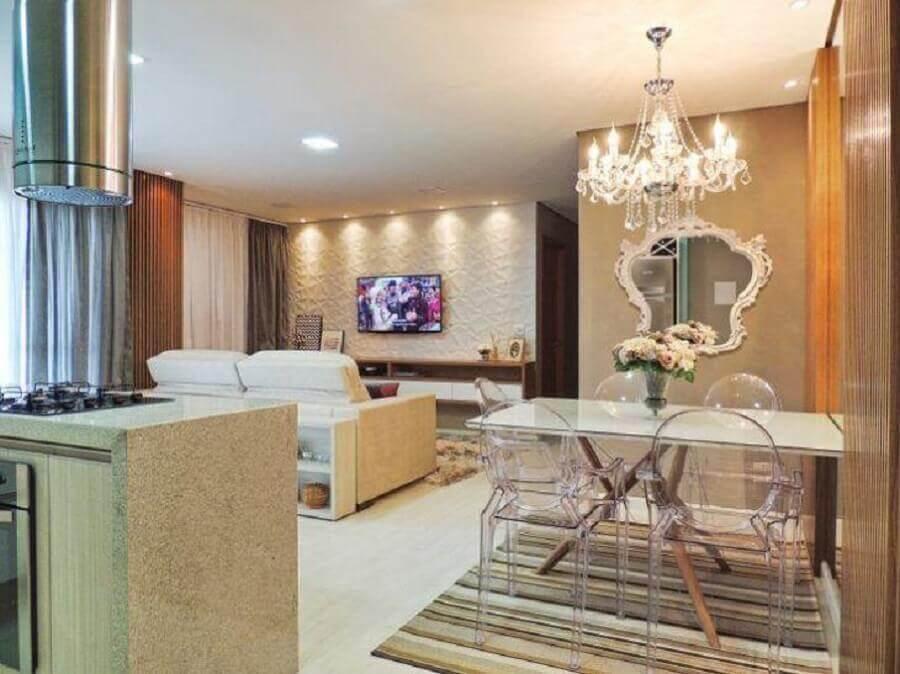 cadeira transparente com braço para sala de jantar integrada com sala de estar Foto Only Interiores