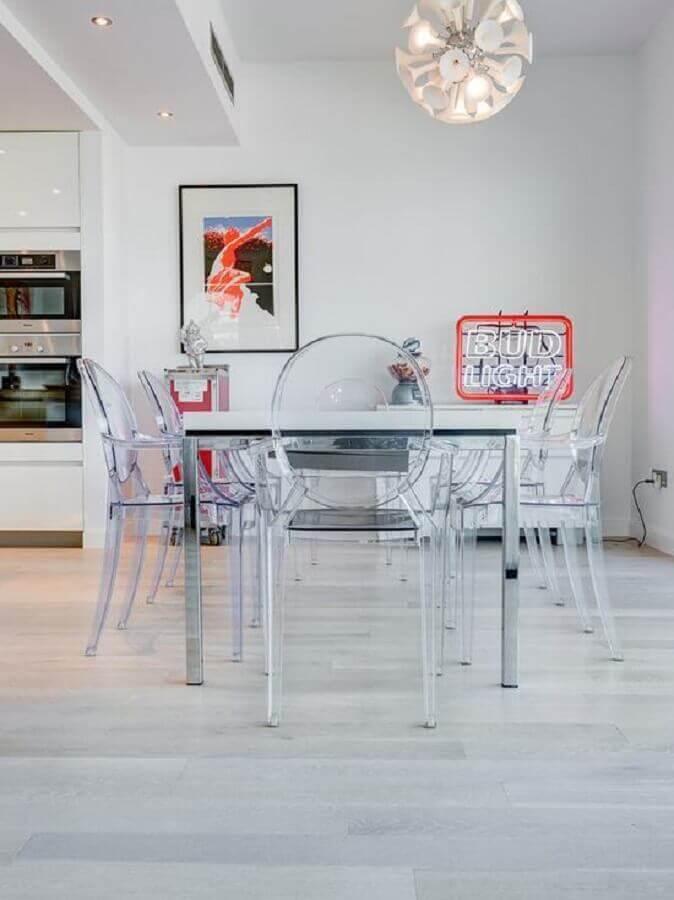 cadeira transparente com braço para sala de jantar minimalista integrada com cozinha Foto Pinterest