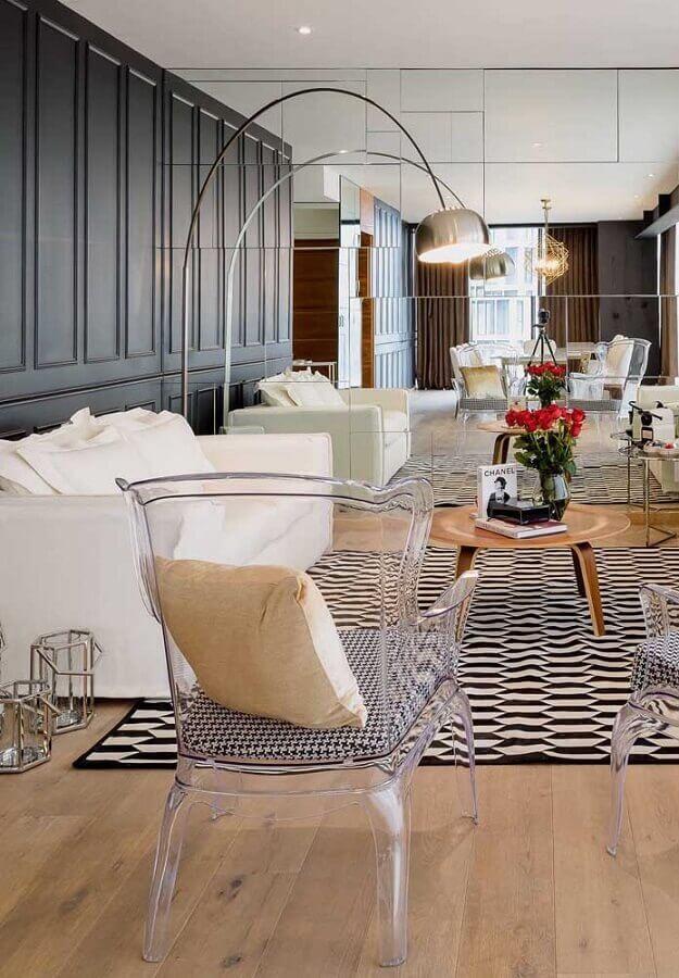 cadeira transparente com braço para sala moderna e sofisticada com parede espelhada e tapete preto e branco Foto Constance Zahn