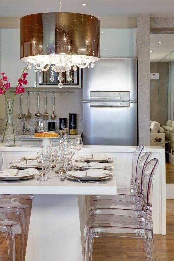 cadeira transparente para cozinha americana com mesa de jantar integrada à bancada Foto Apartment Therapy