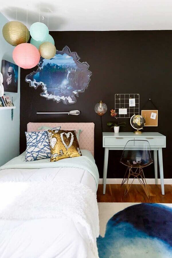 cadeira transparente para quarto de solteiro moderno com parede preta Foto Houzz