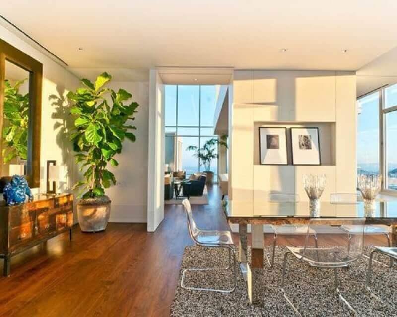cadeira transparente para sala de jantar ampla decorada com tapete felpudo Foto Pinterest