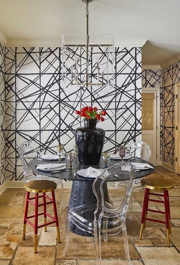 cadeira transparente para sala de jantar com papel de parede preto e branco e mesa redonda Foto Constance Zahn