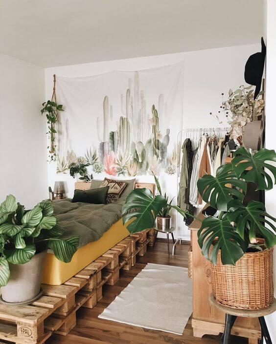 Quarto rustico com plantas e cama de pallet