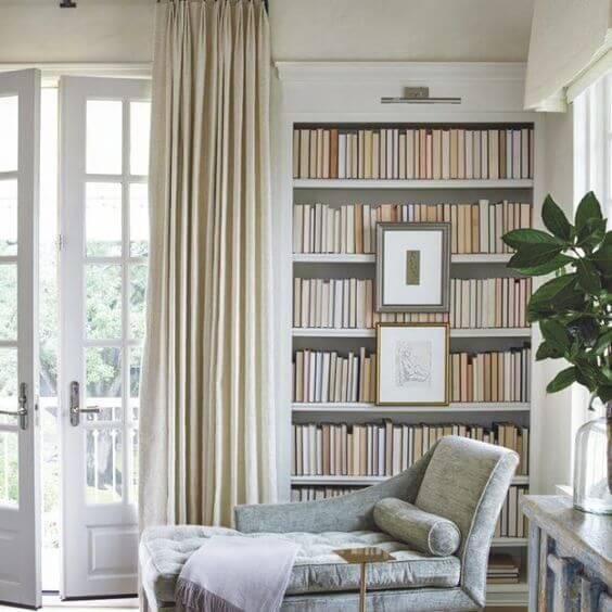 Cantinho da leitura com divã cinza