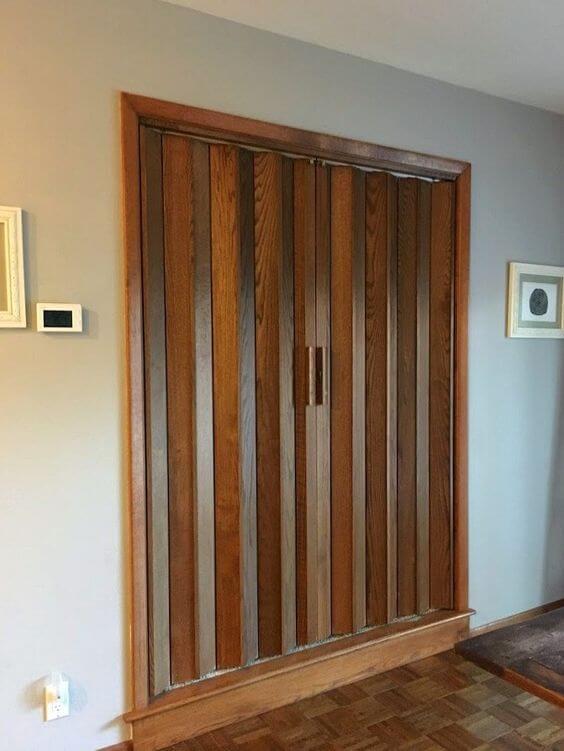 Casa com porta sanfonada super prática na sala de estar