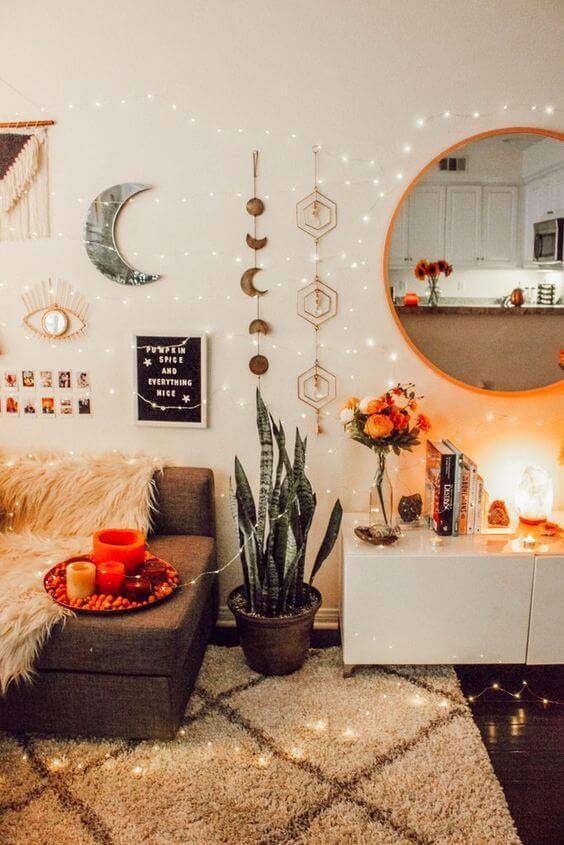 Sala iluminada e decorada no estilo boho chic