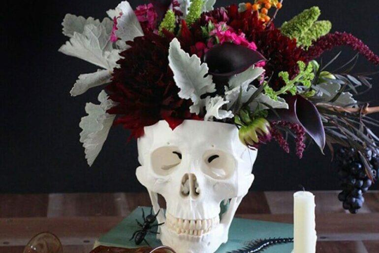 caveira como vaso de flores para decoração de halloween