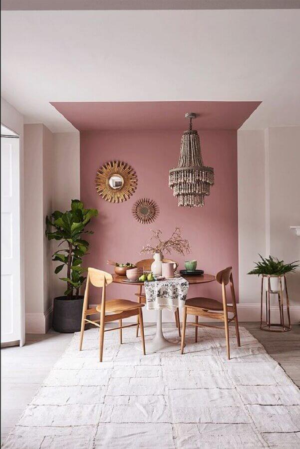 cor de parede rosa para decoração de sala de jantar com mesa de madeira redonda Foto Apartment Therapy