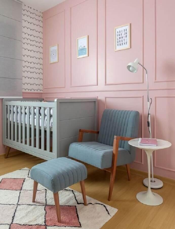 cor de parede rosa para quarto de bebê decorado com poltrona azul e berço cinza Foto Amis Arquitetura e Decoração