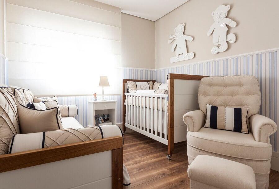 cor de tinta nude para decoração de quarto de bebê com papel de parede listrado Foto Pinterest