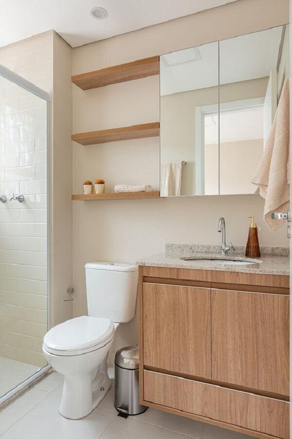 cor nude para banheiro decorado com prateleiras e gabinete de madeira Foto Rúbia M. Vieira Interiores