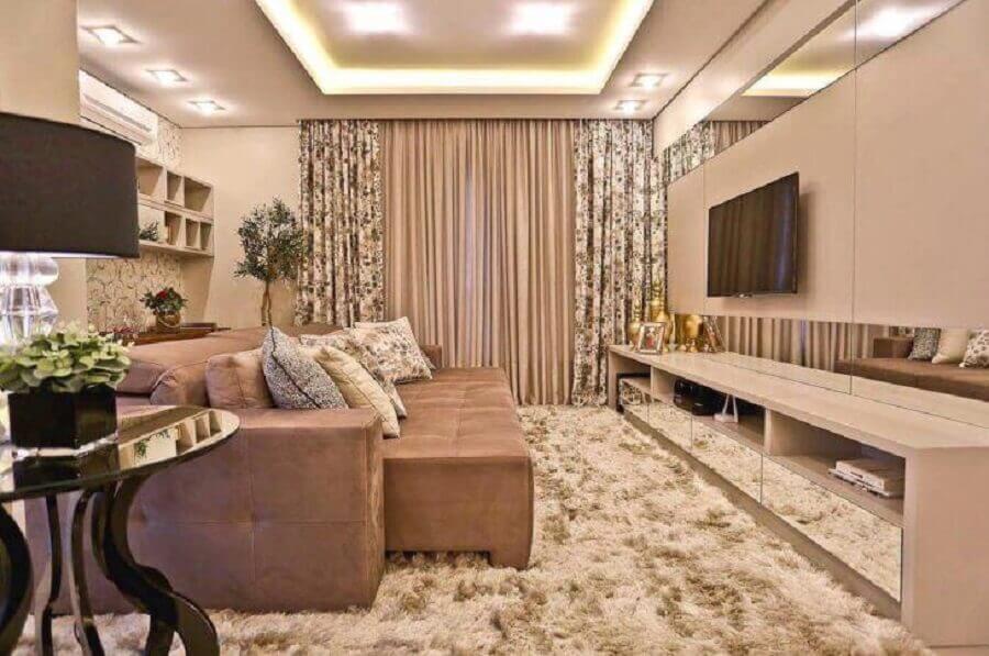 cor nude para decoração de sala de TV com móveis planejados e tapete felpudo Foto Officio & Arte