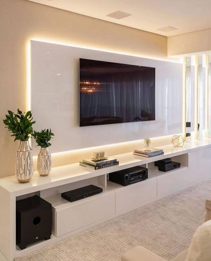 cor nude para parede de sala de TV com rack e painel branco Foto Pinterest