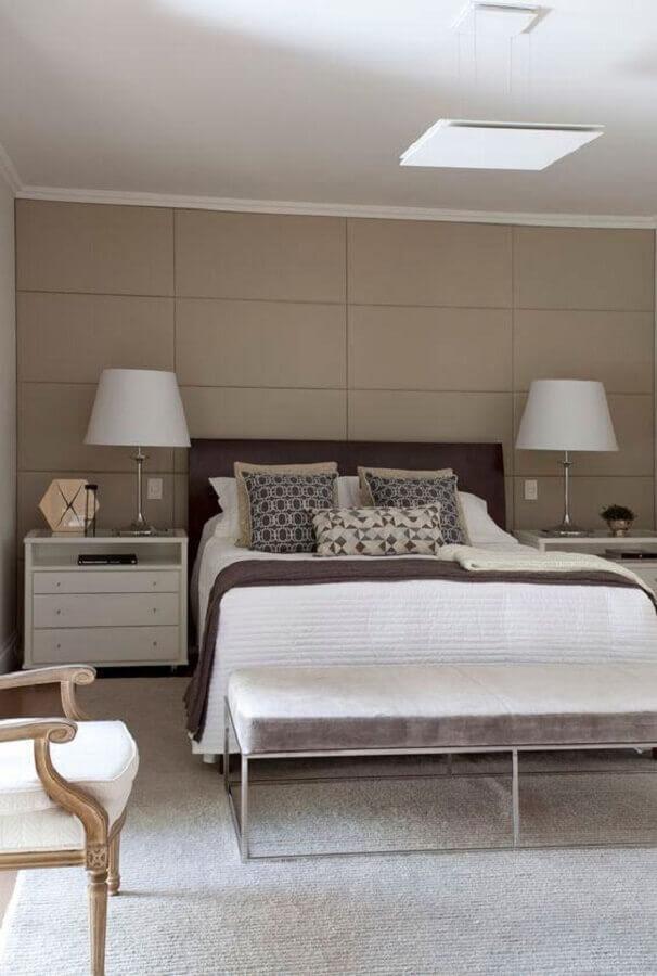 cor nude para quarto amplo decorado com abajur branco Foto Casa de Valentina