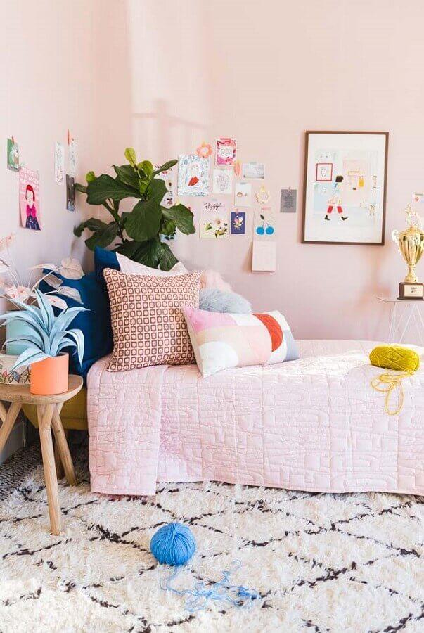 cor rosa para quarto decorado com várias almofadas Foto Home Fashion Trend
