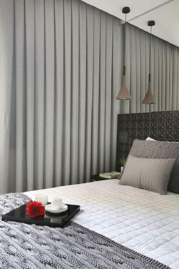 cortina com blecaute para quarto de casal cinza com revestimento 3D na cabeceira Foto Pinterest