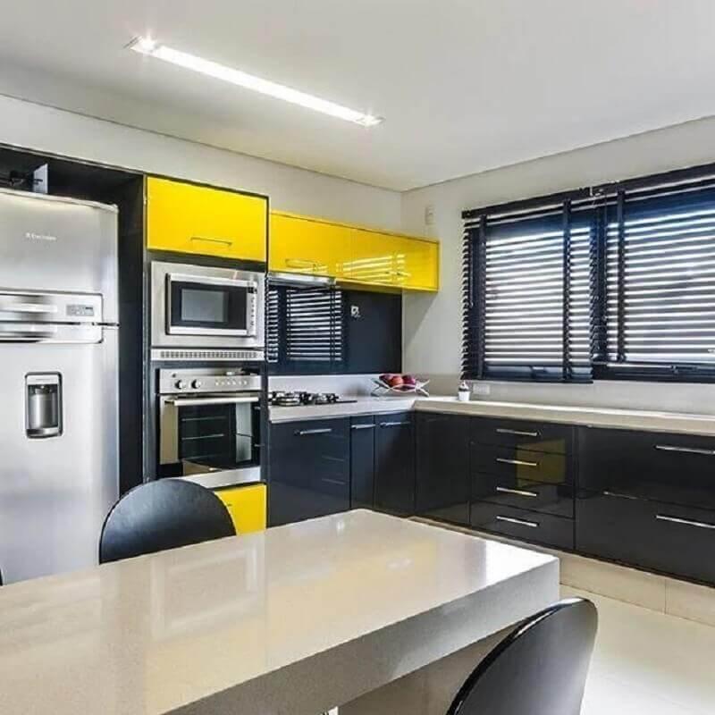 cozinha ampla moderna decorada com armário de cozinha preto e amarelo Foto Dell Anno Home Styling