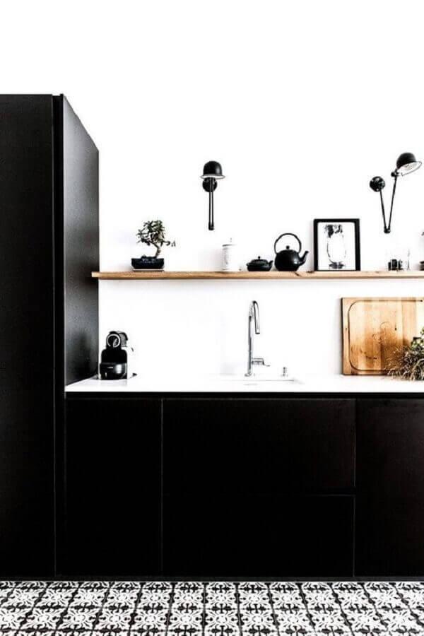 cozinha branca decorada com armário de cozinha preto Foto Pinterest