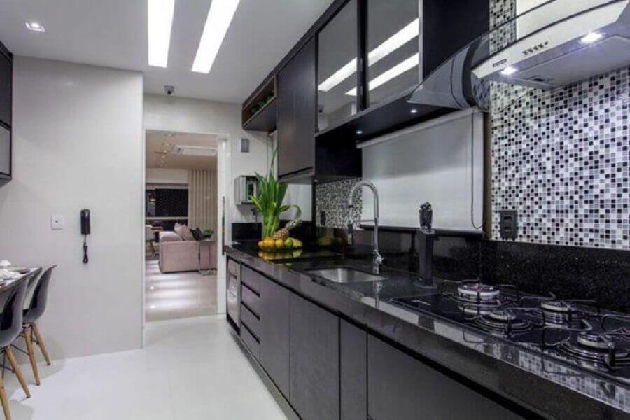 cozinha branca decorada com armário de cozinha preto Foto Vanja Maia Arquitetura