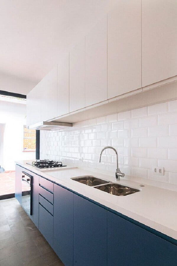cozinha clara decorada com armário de cozinha branco e azul Foto INÁ Arquitetura