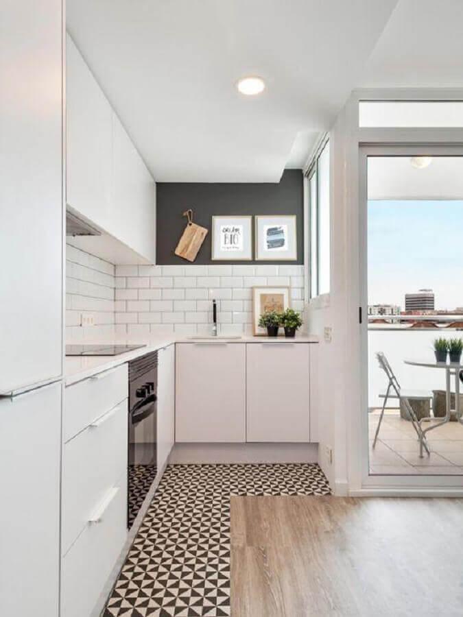 cozinha clara decorada com armário de cozinha planejado branco de canto Foto Planete-deco