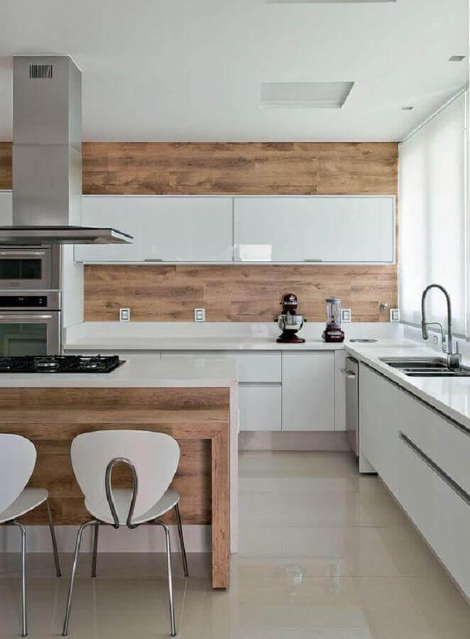 cozinha clara decorada com revestimento de madeira e armário de cozinha planejado branco Foto Houzz