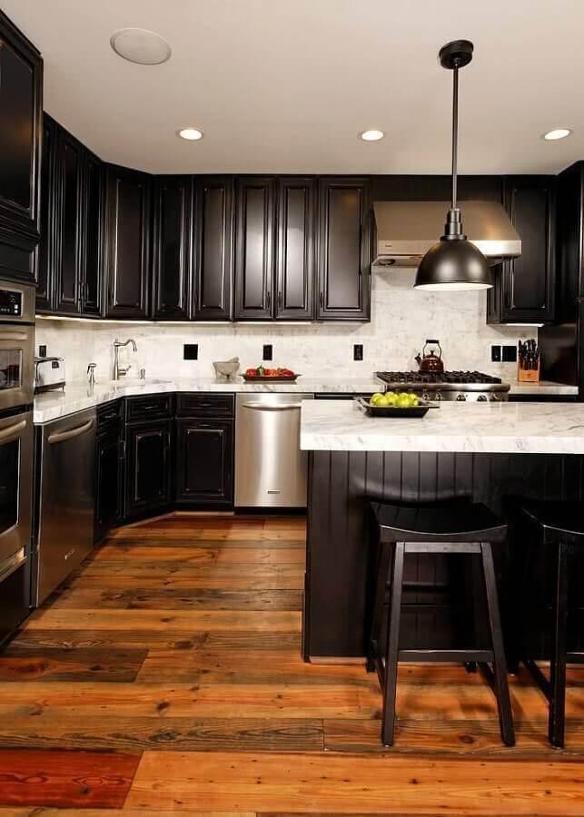 cozinha com ilha ampla decorada com armário de cozinha planejado preto Foto Pinterest