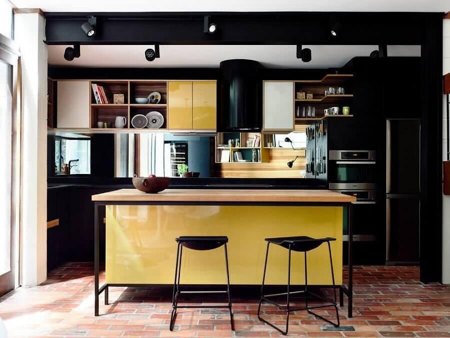 cozinha com ilha decorada com armário de cozinha preto e amarelo Foto Apartments & Developments