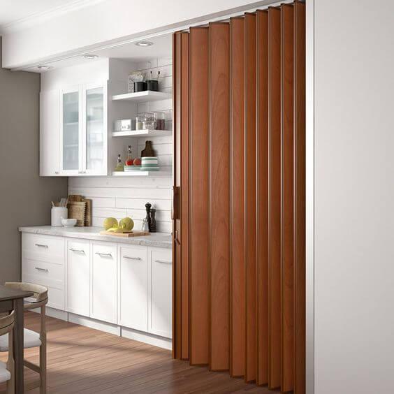 Cozinha com porta sanfonada simples