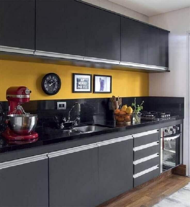 cozinha decorada com revestimento amarelo e armário de cozinha pequeno preto Foto Pinterest